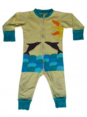 Moemie's dolphin-themed, full bodysuit is suitable for any kind of action. It's play-proof, travel-proof, sleep-proof - you name it! This cute outfit is made of extra soft, ring-spun combed cotton and features an easy to use, full-length front zipper ensuring great comfort. It's hand-made, machine-washable and available in Light Yellow and size 12-18 months.